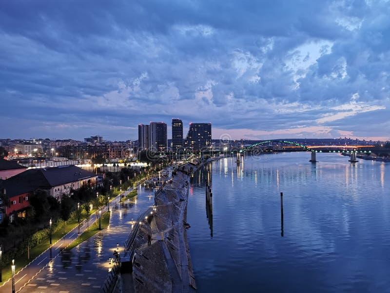 Vista nocturna de la ciudad en Belgrado, Serbia imagen de archivo libre de regalías