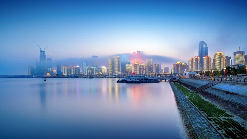Vista nocturna de la ciudad de Qingdao de China imagen de archivo libre de regalías