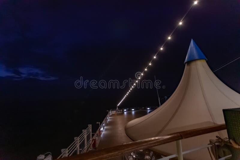 Vista nocturna de la cubierta superior del barco de cruceros fotos de archivo libres de regalías