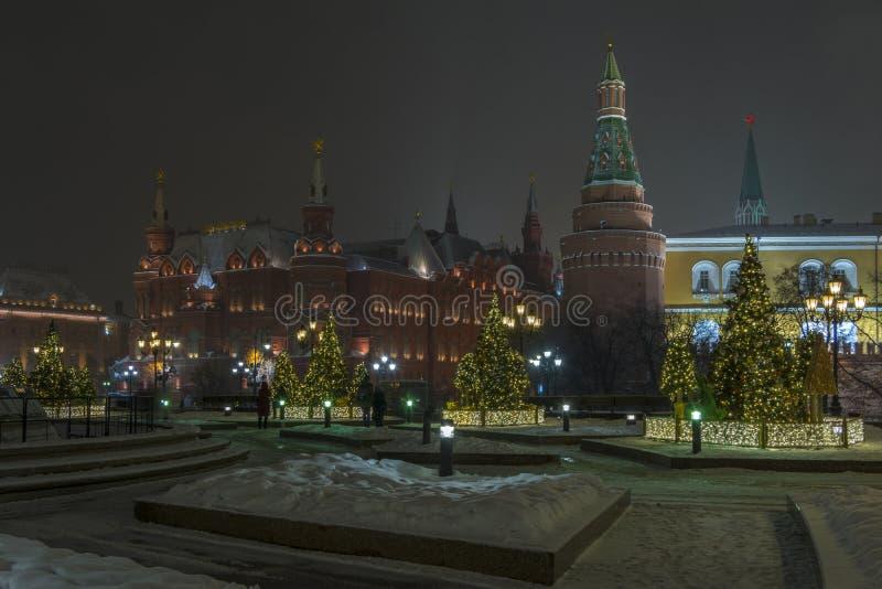Vista nocturna de la Moscú el Kremlin y árboles de navidad en las luces imágenes de archivo libres de regalías