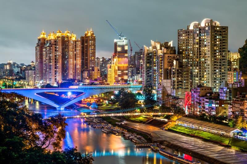 Vista nocturna de la nueva ciudad de Taipei en Bitan, Taiwán imagen de archivo
