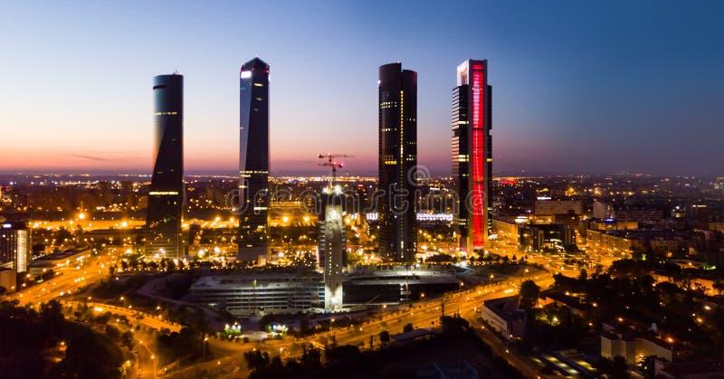 Vista nocturna de las cuatro torres (Cuatro Torres) del distrito financiero de Madrid. España fotos de archivo libres de regalías