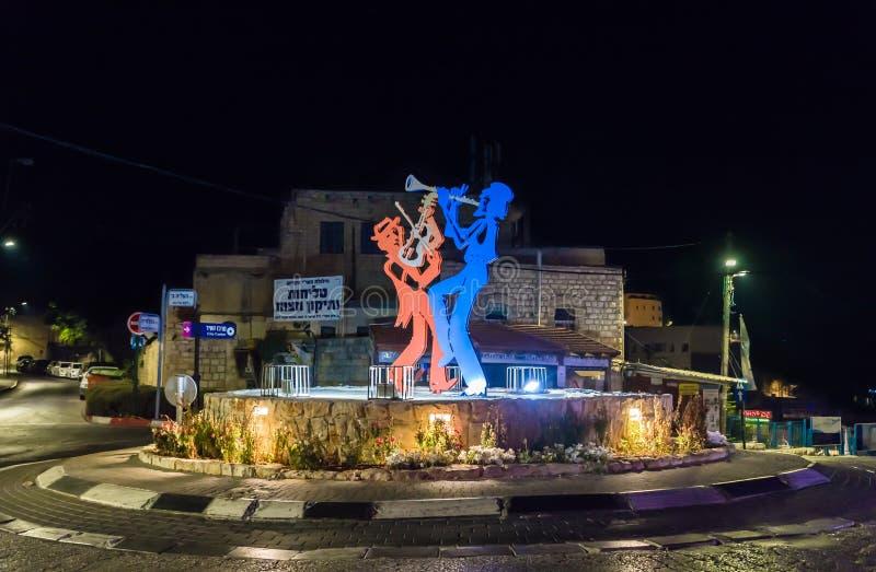 Vista nocturna de las figuras de Kleizmers - músicos judíos del metal en Edmond Safra Square en la ciudad vieja de Safed en Israe imágenes de archivo libres de regalías