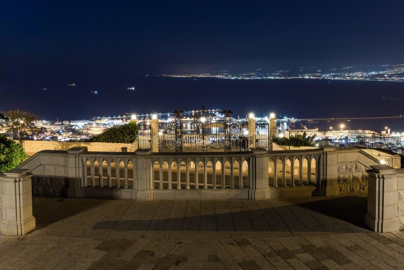 Vista nocturna de Louis Promenade en el monte Carmelo a la terraza superior del templo de Bahai, en el centro de la ciudad y en e foto de archivo