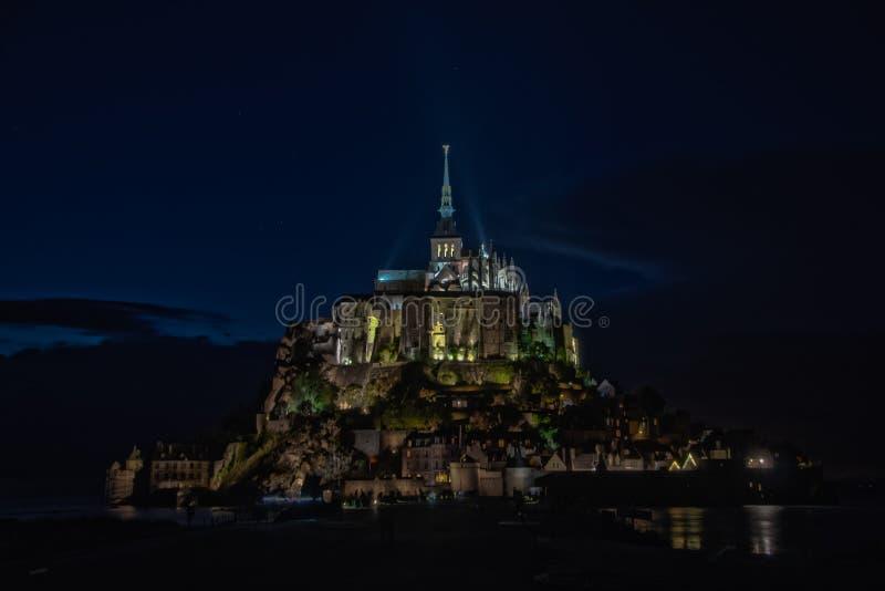 Vista nocturna de Mont Saint Michel francia imagenes de archivo