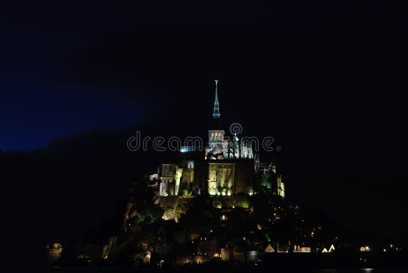 Vista nocturna de Mont Saint Michel francia fotografía de archivo