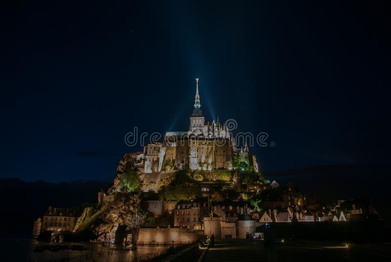 Vista nocturna de Mont Saint Michel francia imagen de archivo libre de regalías