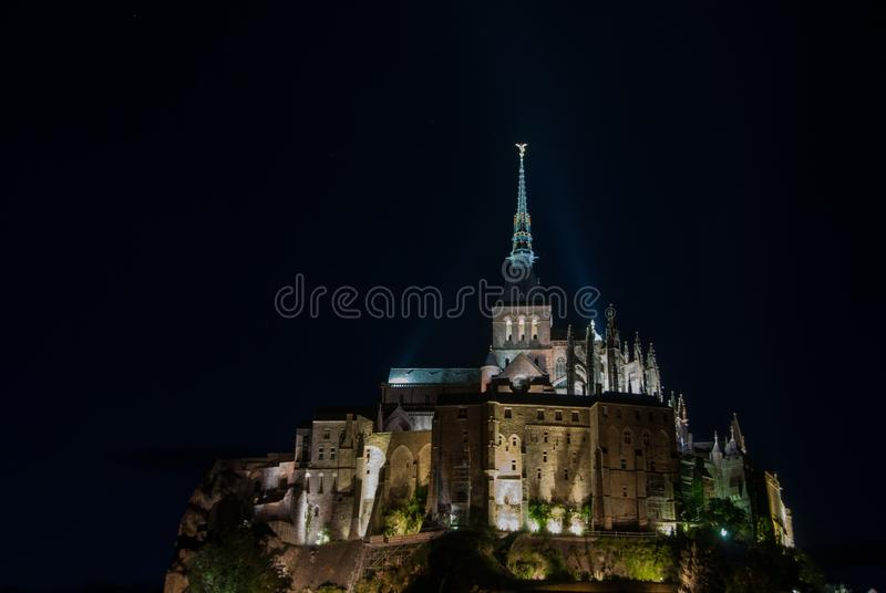 Vista nocturna de Mont Saint Michel francia foto de archivo
