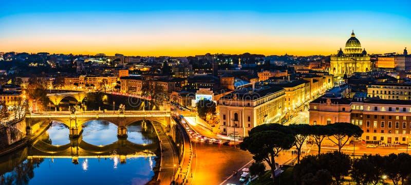 Vista nocturna de San Pedro ' basílica de s y el río de Tíber en la Ciudad del Vaticano, Roma, Italia foto de archivo libre de regalías