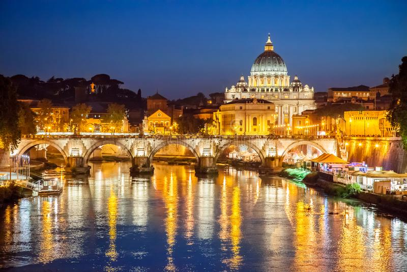 Vista nocturna de St Peter Basilica en Roma, Italia Arquitectura y señal de Roma fotografía de archivo libre de regalías