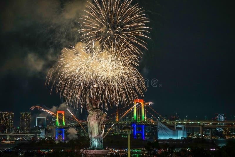 Vista nocturna de Tokio y fuegos artificiales Odaiba Rainbow 2019 foto de archivo