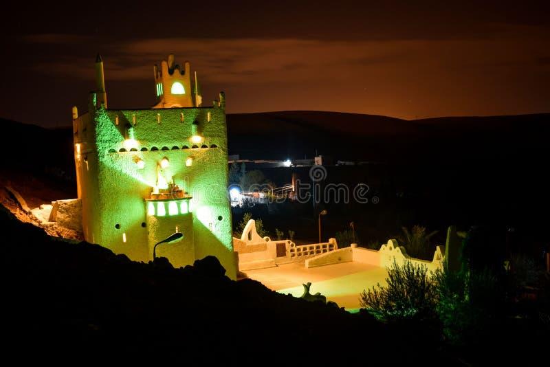 Vista nocturna de un castillo en la provincia de Ghardaia - Argelia fotos de archivo libres de regalías