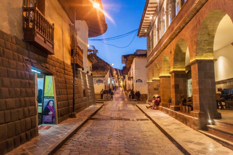 Vista nocturna de un pequeño callejón viejo en Cuzco, Perú foto de archivo