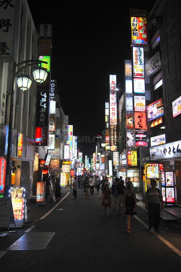 Vista nocturna de una calle en el área famosa de Shinjuko en Tokio imágenes de archivo libres de regalías