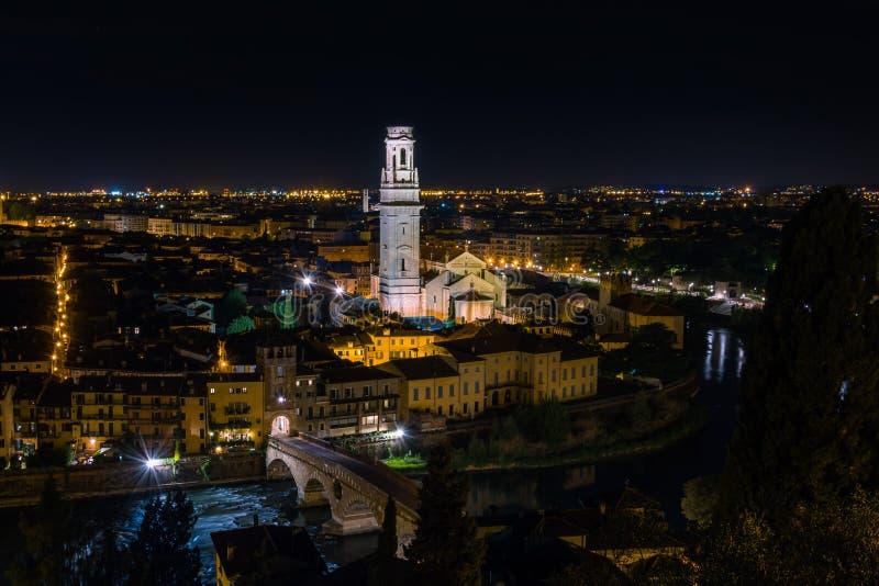 Vista nocturna de Verona Cathedral tomada de Castel San Pietro fotografía de archivo