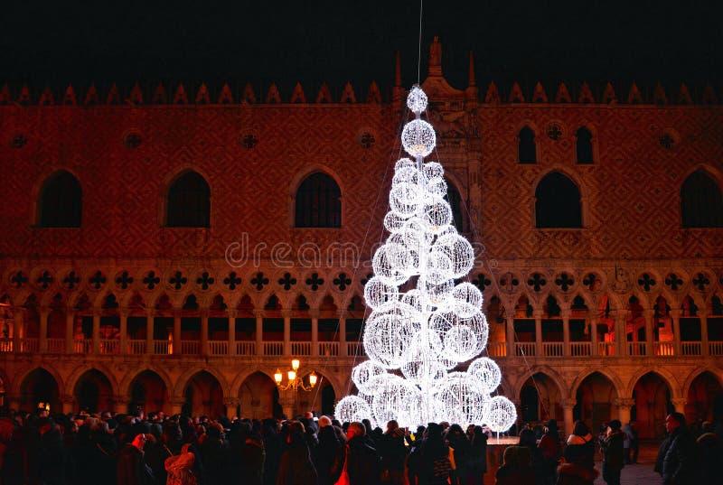Vista nocturna del árbol de navidad con la luz hermosa delante del palacio del dux en San Marco Square por completo de la gente fotografía de archivo