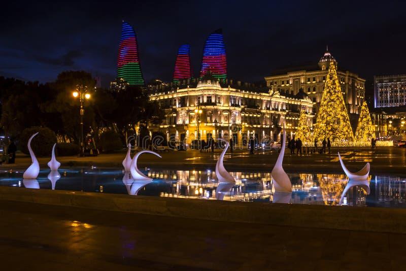 Vista nocturna del cuadrado de Azneft con una fuente y un árbol de navidad en Baku, Azerbaijan foto de archivo libre de regalías