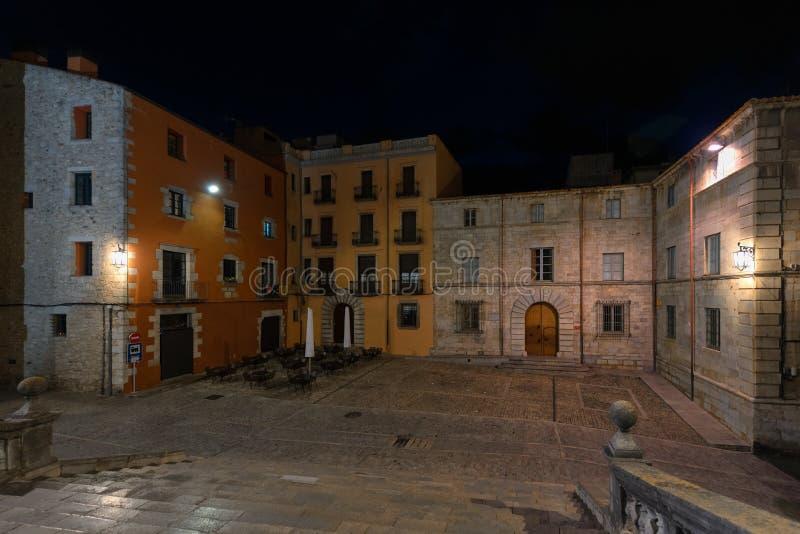 Vista nocturna del cuadrado de la catedral, Girona, Cataluña, España imagen de archivo