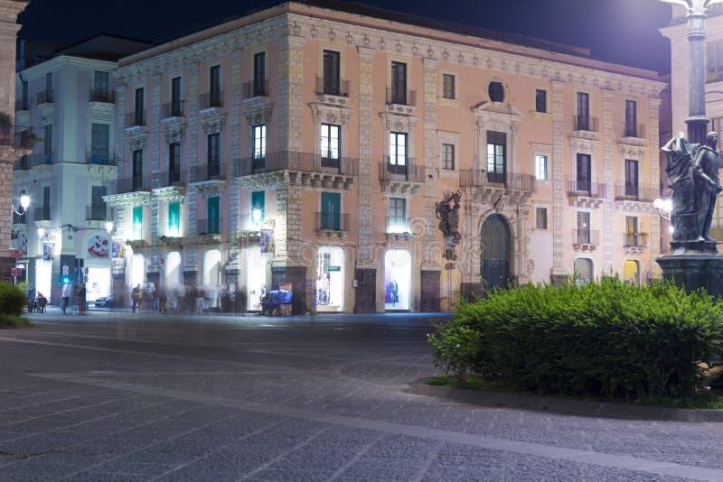 Vista nocturna del edificio viejo y del cuadrado de la universidad imágenes de archivo libres de regalías