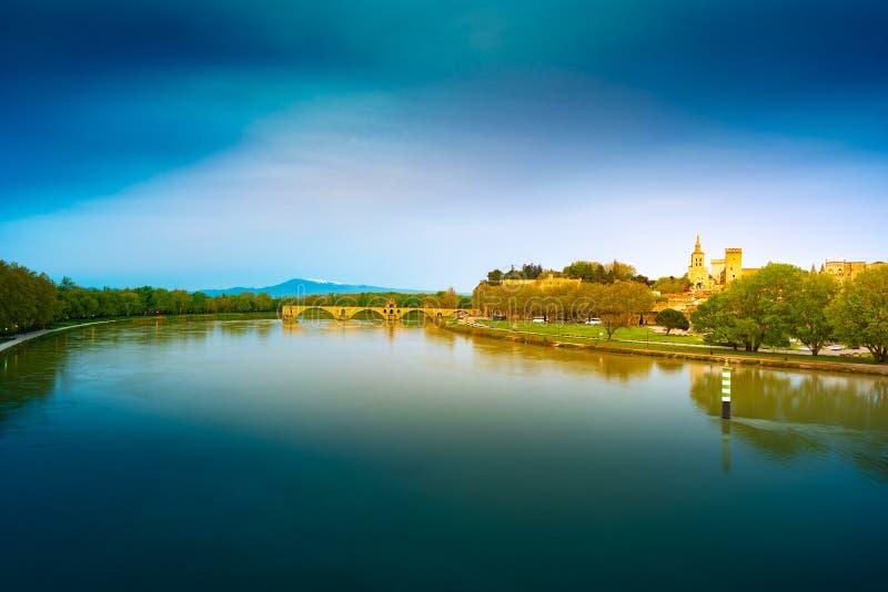 Vista nocturna del fortalecimiento de Aviñón en el río Rhone, Francia imagen de archivo libre de regalías