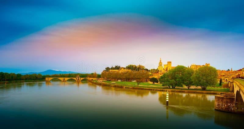 Vista nocturna del fortalecimiento de Aviñón en el río Rhone, Francia fotografía de archivo libre de regalías