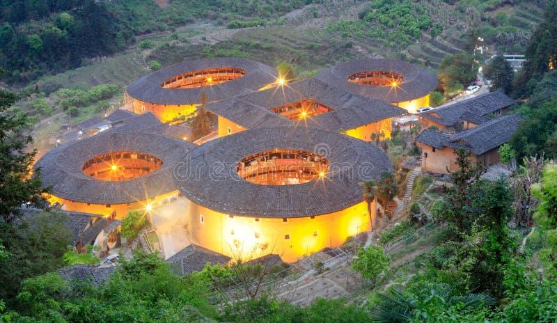 Vista nocturna del grupo de edificio del tulou de Tianluokeng, imagen del srgb imagenes de archivo