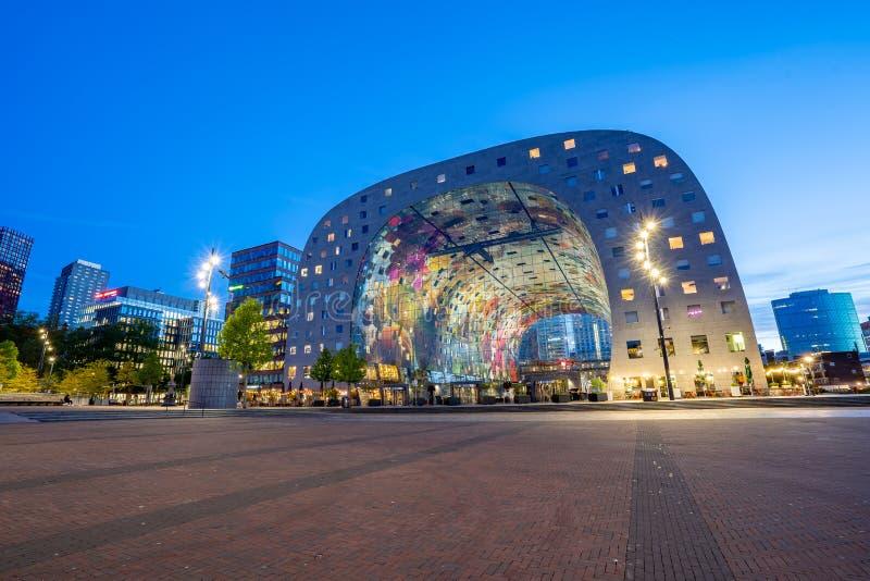 Vista nocturna del horizonte de Rotterdam en la noche con Markthal el nuevo mercado en Países Bajos imagen de archivo libre de regalías
