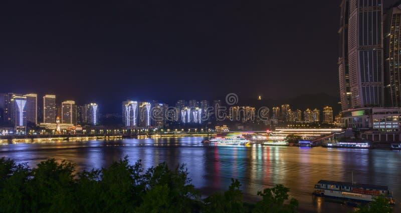Vista nocturna del horizonte en el empalme de los ríos de Yangtze y de Jialing con las reflexiones del agua en Chongqing imágenes de archivo libres de regalías