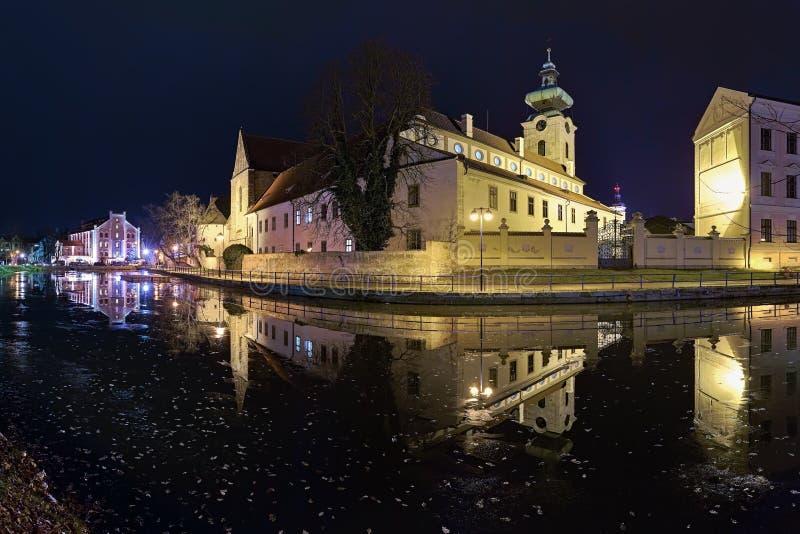 Vista nocturna del monasterio dominicano en Ceske Budejovice, República Checa foto de archivo libre de regalías