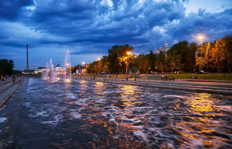 Vista nocturna del parque histórico con la luz y la fuente de la música en la presa del canal en Ekaterimburgo foto de archivo libre de regalías