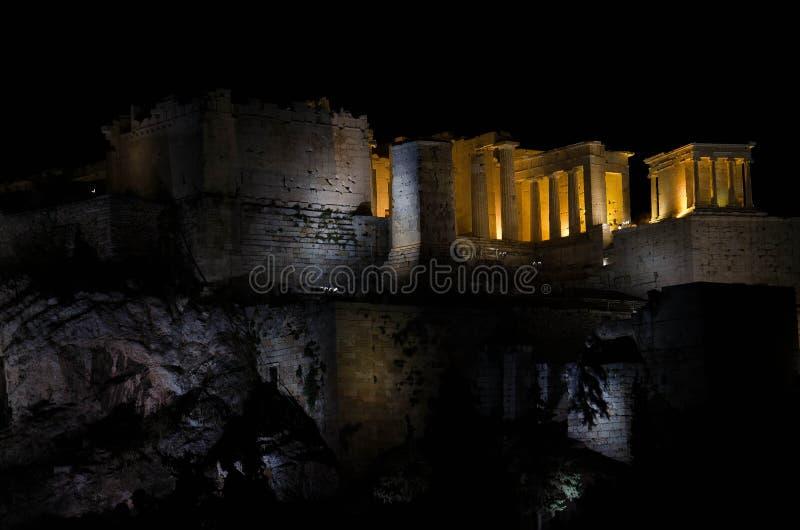 Vista nocturna del Parthenon en la colina de la acrópolis en Atenas, Grecia fotos de archivo