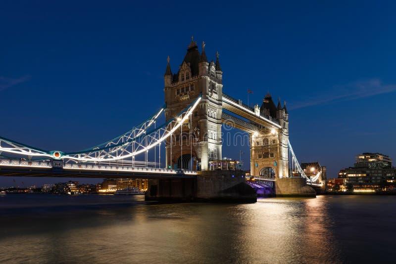 Vista nocturna del puente de la torre de Londres fotos de archivo