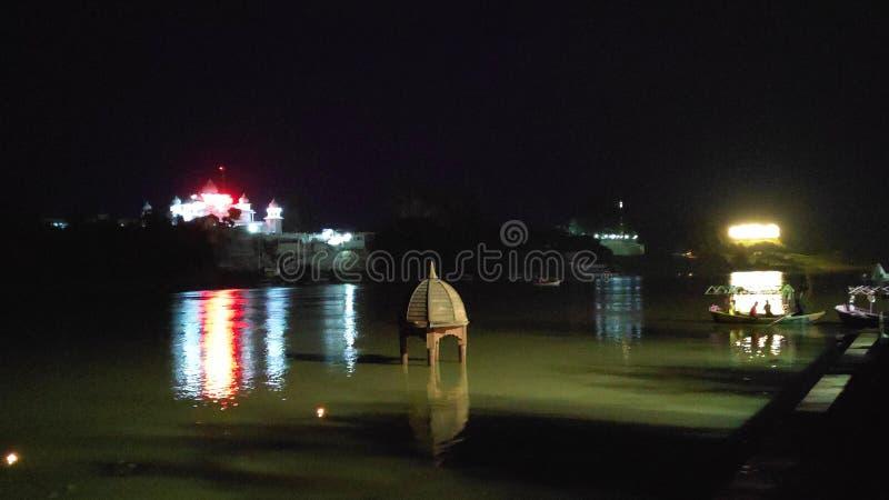 Vista nocturna del río Narmada en jabalpur, madhya pradesh, India imágenes de archivo libres de regalías