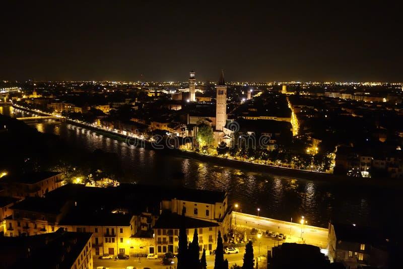 Vista nocturna del r?o de Verona y del Adigio fotos de archivo