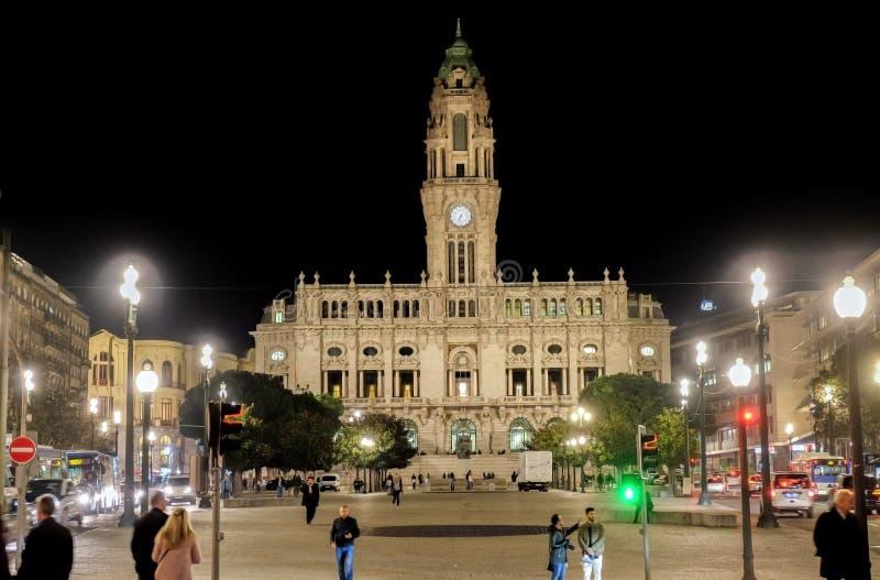 Vista nocturna en el ayuntamiento de Oporto DOS Aliados de Avenida portugal imágenes de archivo libres de regalías