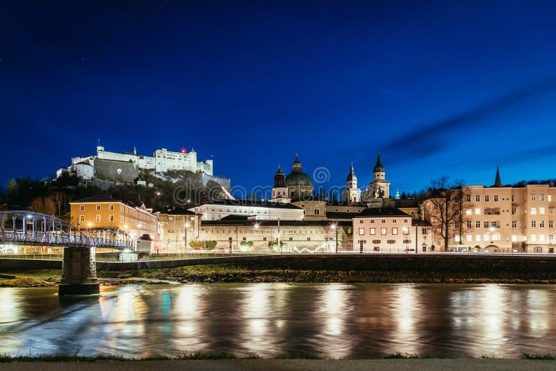 Vista nocturna en Salzburg: Ciudad y fortaleza viejas históricas Hohensalzburg, hora crepuscular imagen de archivo libre de regalías