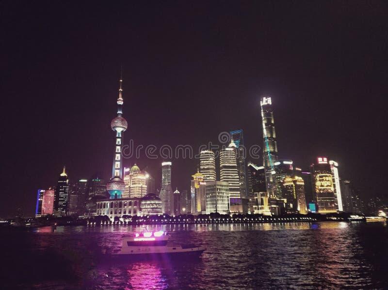 Vista nocturna espléndida de la Federación de Shangai fotografía de archivo