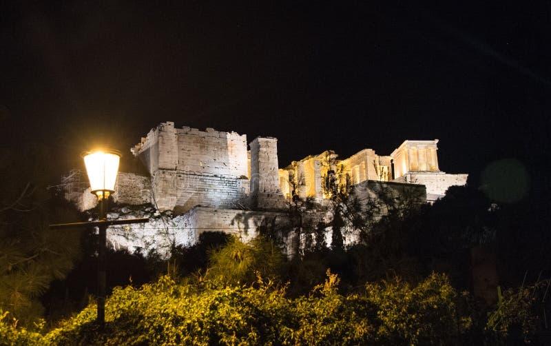 Vista nocturna a la acrópolis de Atenas, Grecia imagen de archivo
