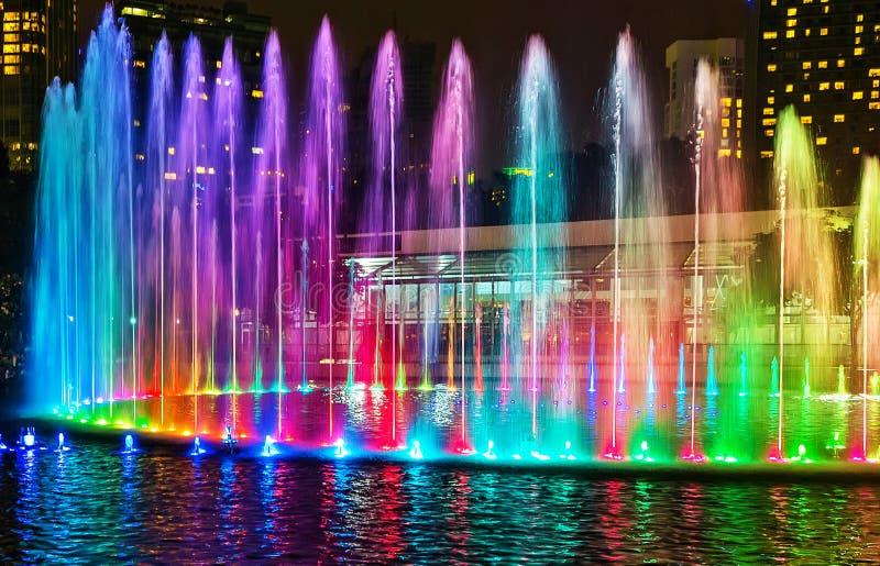 Vista nocturna musical colorida de las fuentes de la fuente de la ciudad de Kuala Lumpur imagen de archivo