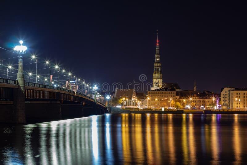 Vista nocturna panorámica en Riga vieja la capital de la ciudad de Letonia de la margen izquierda del río del Daugava Su único co fotos de archivo libres de regalías