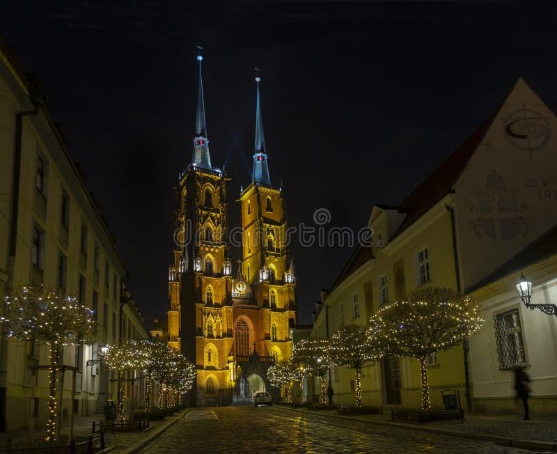 Vista nocturna panorámica que sorprende en la catedral iluminada hermosa de St John el distrito de Baptist Ostrow Tumski wroclaw fotos de archivo libres de regalías