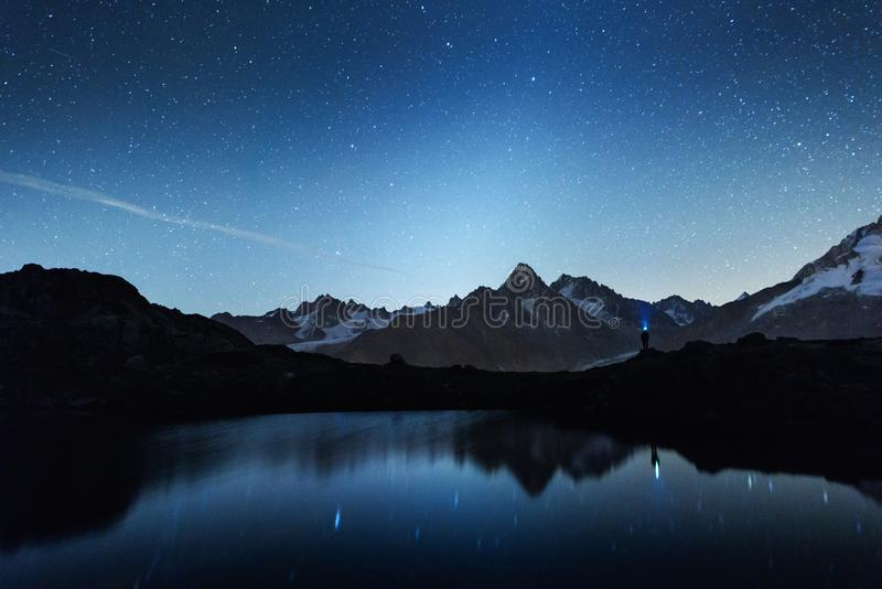 Vista nocturna pintoresca del lago Chesery en las montañas de Francia imagen de archivo