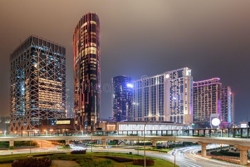 Vista nocturna que sorprende de edificios modernos en Cotai de Macao fotos de archivo
