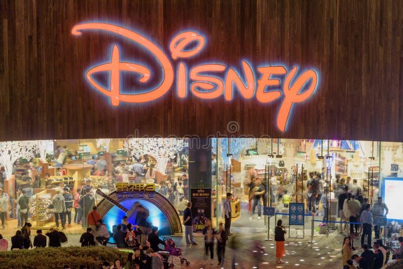 Vista nocturna que sorprende de la tienda principal de Disney, Shangai, China imagen de archivo