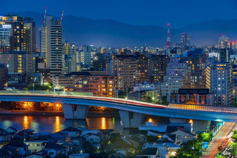 Vista nocturna que sorprende en la ciudad de Fukuoka, Jap?n imagen de archivo libre de regalías