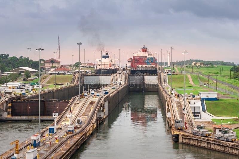 Vista nos fechamentos do canal do Panamá com cascatas da água imagens de stock royalty free