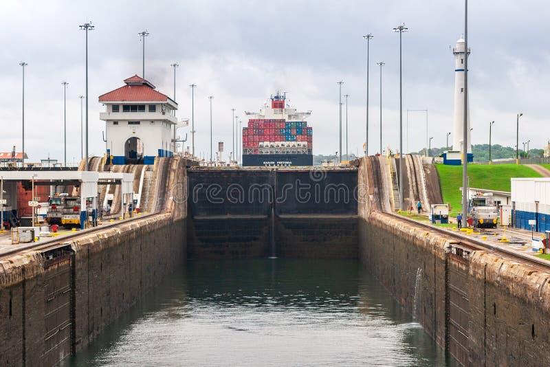 Vista nos fechamentos do canal do Panamá com cascatas da água fotos de stock