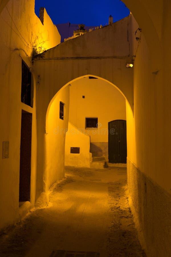 Vista notturna delle vecchie strade del quartiere di Tetouan Medina nel nord del Marocco Un medina è tipicamente murata, con molt fotografia stock