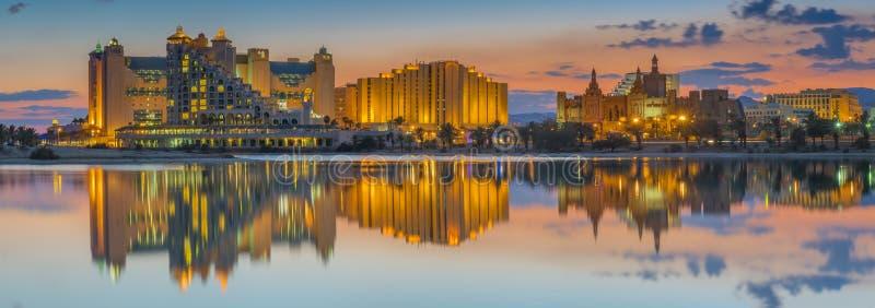 Vista noturno na praia central de Eilat, Israel imagem de stock royalty free