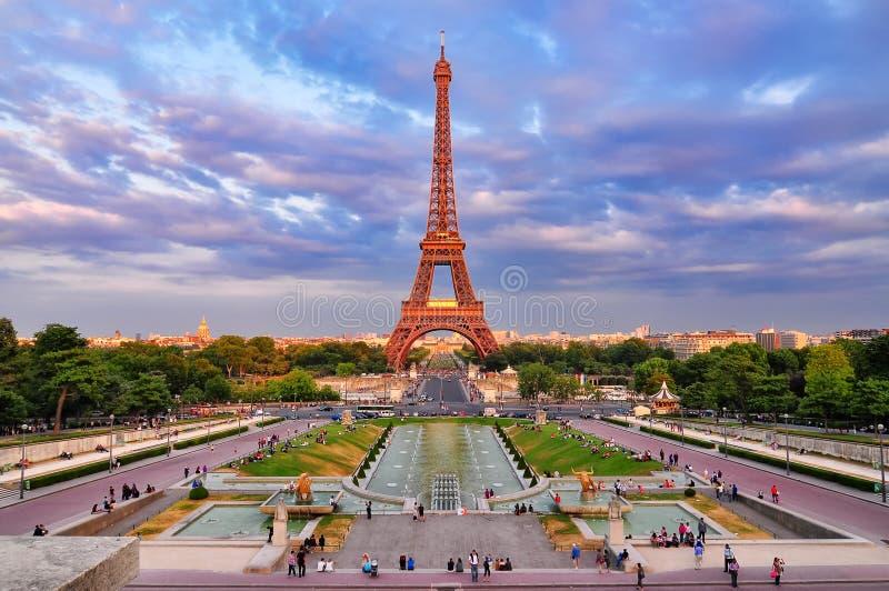 Vista nuvolosa di paesaggio urbano di tramonto della Torre Eiffel immagine stock libera da diritti